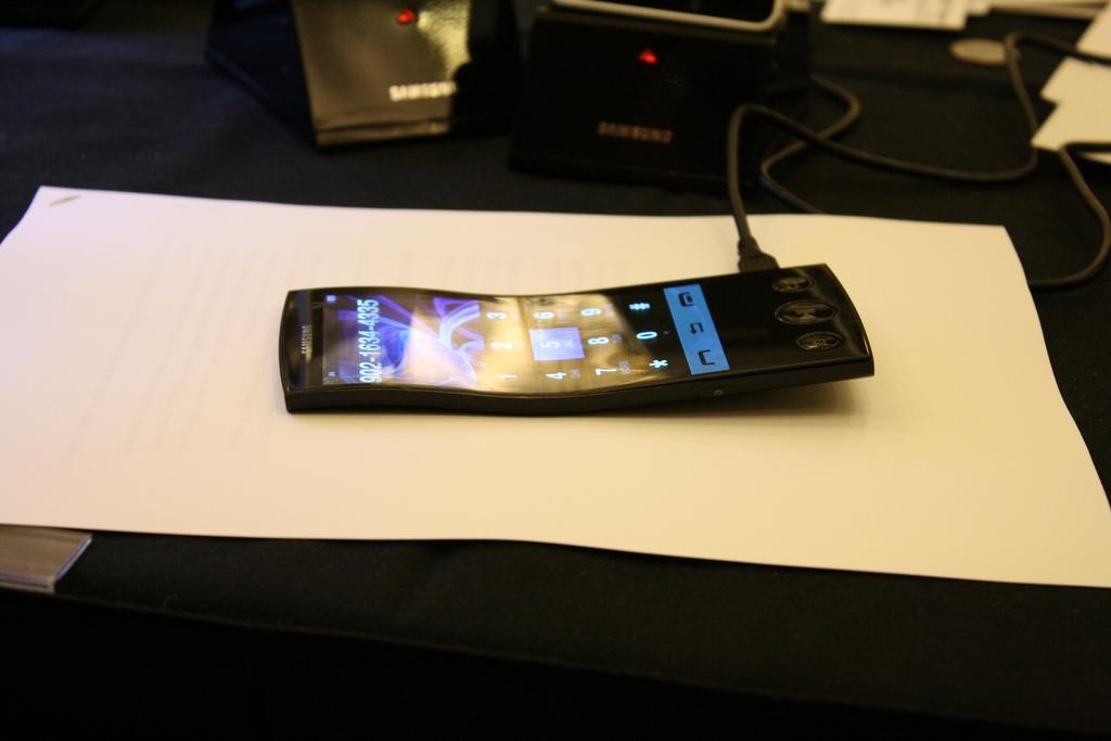 Samsung в начале 2015 покажет гаджеты с гибкими дисплеями