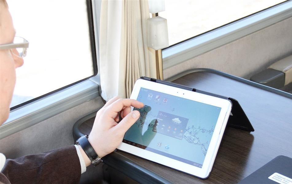 Мобильный интернет на скорости 5 гбит/с — 5G подбирается к нам Сегодня абоненты «Билайна», проживающие в Подмосковье, начинают пользоваться сетями четвертого поколения на своих планшетах и смартфонах, а одновременно  с этим фирма Ericsson провела тестирование сети пятого поколения.  В тесте также принимали участие два мобильных оператора: одни из Японии, а другой из Южной Кореи. Совместно им удалось передать данные по протоколу 5G со скоростью 5 гбит/сек. Оба оператора уже начинают подготовку ко внедрению в ближайшие пару лет сетей пятого поколения. Страны, в которых они работают, лидируют по количеству абонентов, подключенных к LTE. В Японии 30% всех смартфонов и планшетов работают в сетях четвертого поколения, в Южной Кореи половина населения, имеющая смартфон или планшет, использует LTE. Замыкает лидирующую тройку США, где 4G-сети также завоевывают все большую популярность.